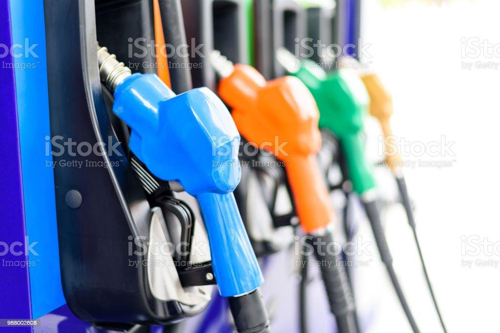 Bomba de gasolina colorida isolados no fundo branco, posto de gasolina em um serviço de bocais de enchimento - foto de acervo