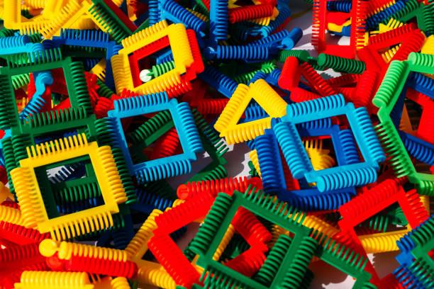 bunte Teile Stücke eines Kinderdesigners in verschiedenen Formen und Größen Puzzle – Foto