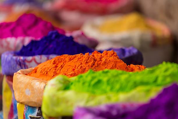 colorido montones de polvo de tintes para holi festival - comida india fotografías e imágenes de stock