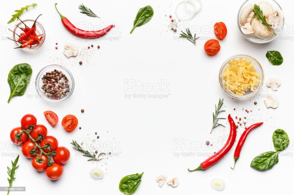 Beyaz arka planda renkli pizza malzemeleri, üst görünüm - Royalty-free Akşam yemeği Stok görsel