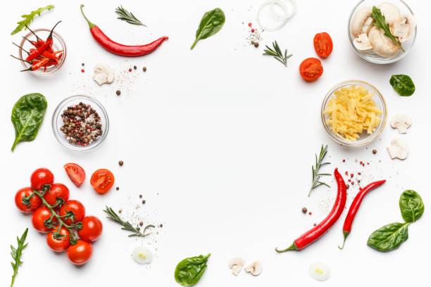 ingredienti colorati della pizza su sfondo bianco, vista dall'alto - flat lay foto e immagini stock