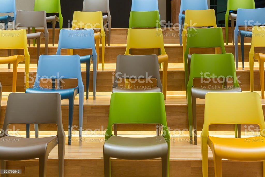 Stock Sedie In Plastica.Sedie Di Plastica Colorati Sul Pavimento In Legno Passi