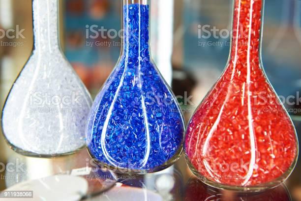 Bunte Kunststoff Granulat Polymer In Glas Stockfoto und mehr Bilder von Plastikmaterial