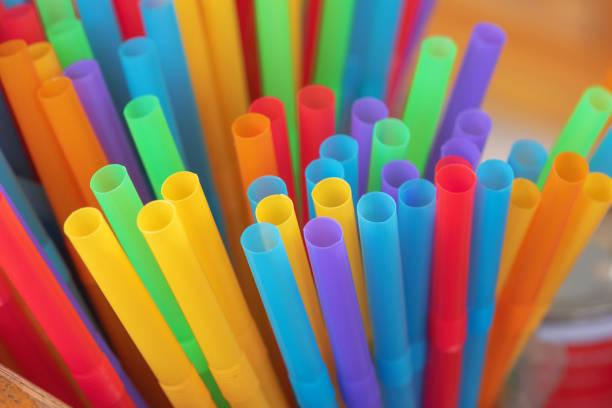 음주에 대 한 다채로운 플라스틱 튜브 - 밀짚 뉴스 사진 이미지