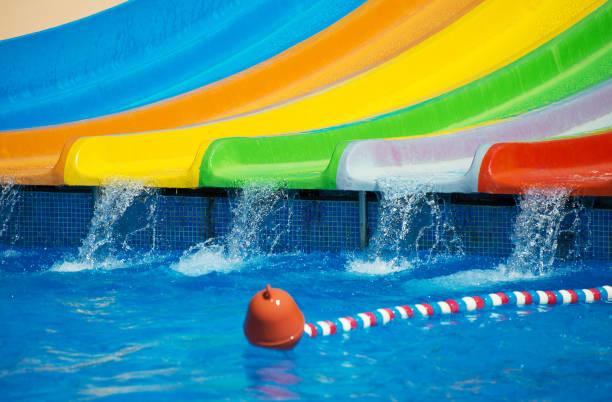 água-slides plásticos coloridos no parque aquático. - organismo aquático - fotografias e filmes do acervo