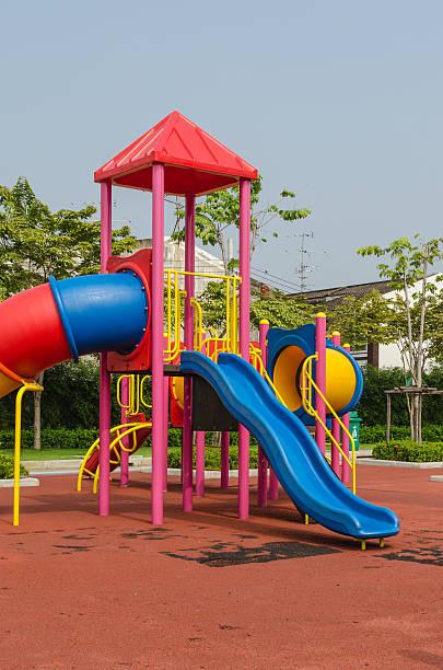 Bunte Spielplatz in der Stadt – Foto