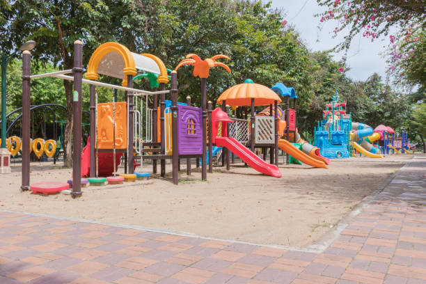 juegos coloridos en el parque. - patio de colegio fotografías e imágenes de stock