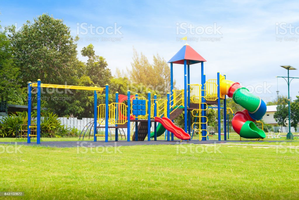 Colorido playground no pátio no parque. - foto de acervo
