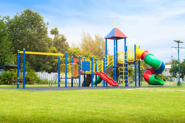 patio de juegos de hermosos colores en jardín en el parque. - patio de colegio fotografías e imágenes de stock