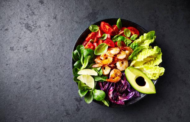 五顏六色的戳碗與烤芝麻蝦, 紅白菜, 鱷梨, 櫻桃番茄, 玉米沙拉和生菜 - 沙律碗 個照片及圖片檔