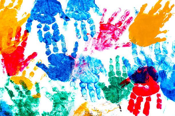 bunte aufdrucke des children's hands - naive malerei stock-fotos und bilder