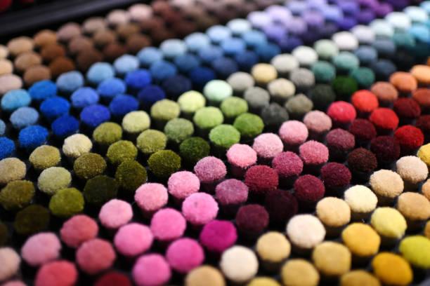 bunte regenbogenfarbene pfähle auf moquette textil - teppich geometrisch stock-fotos und bilder