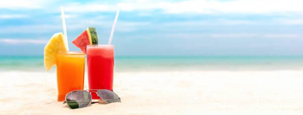 Bunte erfrischend kalt tropischen Fruchtsaft trinkt im Sommer Strand Banner Hintergrund – Foto