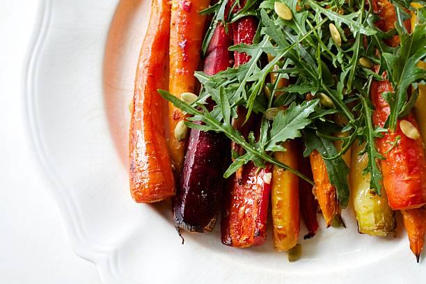 na rożnie tęczowa sałatka z marchewki - warzywo korzeniowe zdjęcia i obrazy z banku zdjęć