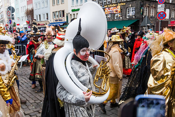 bunte rose monday parade in köln - karnevalskostüme köln stock-fotos und bilder