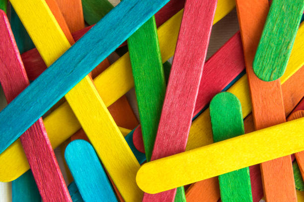 kleurrijke verspreide houten veelkleurige popsicle stokken. - meerdere lagen effect stockfoto's en -beelden