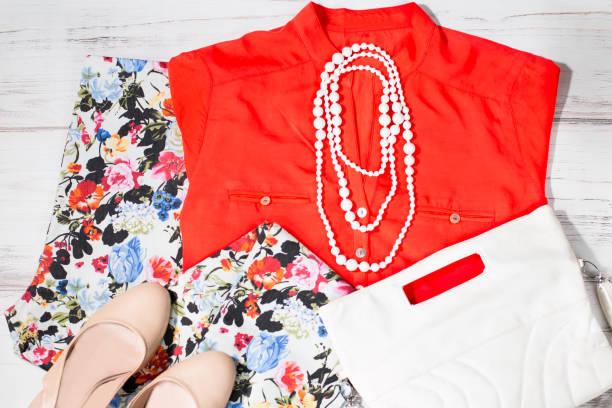 bunte reihe von weiblichen sommerkleidung in weiß und orange farben - bedruckte leggings stock-fotos und bilder