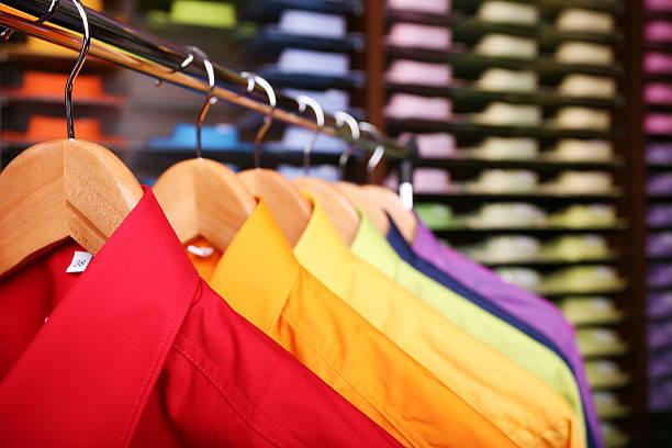 bunte hemden in einer filiale - stoffregal stock-fotos und bilder