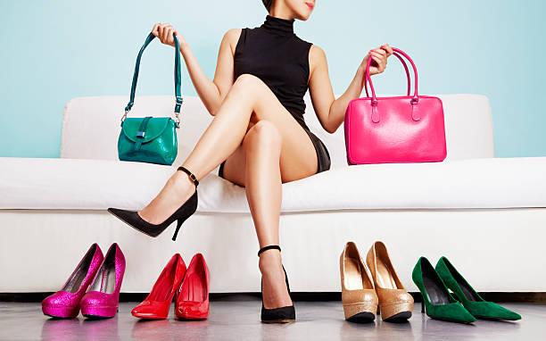 bunte schuhe und taschen mit frau. einkaufen fashion-bilder. - leder handtaschen damen stock-fotos und bilder