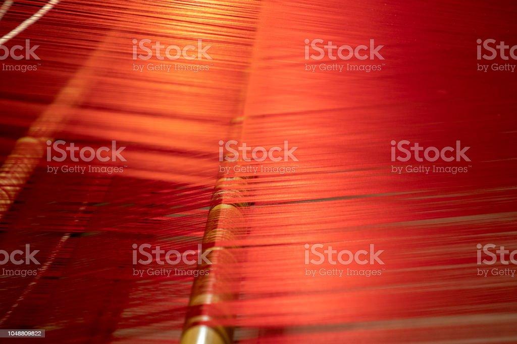 seda colorida no tear tradicional - foto de acervo