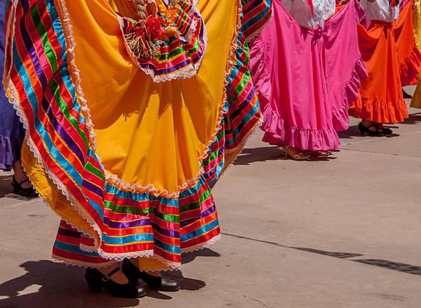 bunte röcke in mexikanische folklore-tanz - damen rock kostüme stock-fotos und bilder