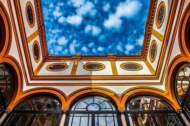 sky que contrastan con los coloridos antigua arquitectura moro - foto de stock