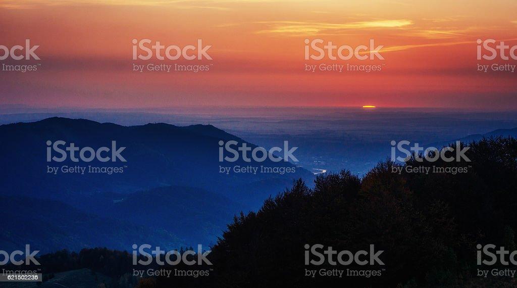 Colorato sfondo di cielo con sole di sorvolare le Montagne tramonto, alba.   foto stock royalty-free