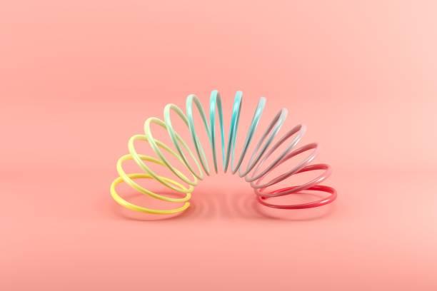 Bunte Schlinken isoliert auf rosa Hintergrund. Minimales Ideenkonzept. – Foto