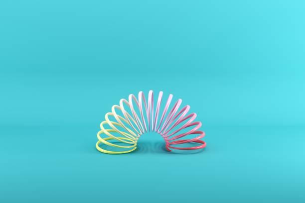 Bunte Schlinken auf blauem Hintergrund. Minimales Ideenkonzept. – Foto