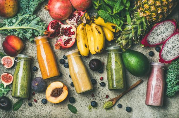 kolorowe koktajle w butelkach ze świeżymi owocami tropikalnymi i superfoods - detoks zdjęcia i obrazy z banku zdjęć