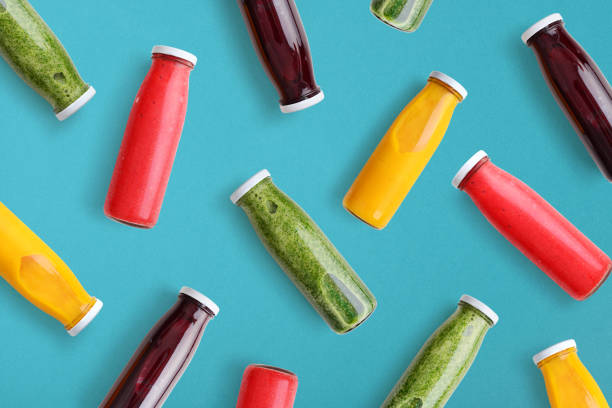 Bunte Smoothies in Glasflaschen – Foto