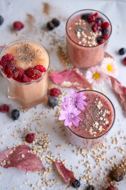Bunte Smoothies mit frischem Obst und Superfoods – Foto