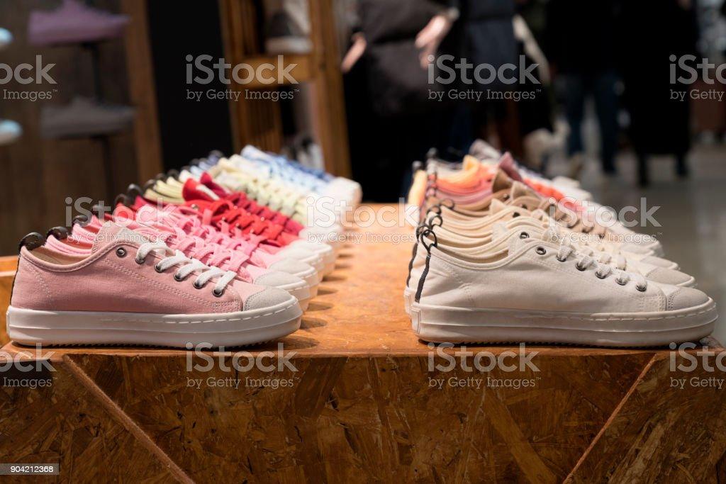 Bunte Sneakers in einem Geschäft – Foto