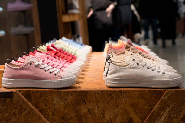 bunte sneakers in einem geschäft - neue sneaker stock-fotos und bilder