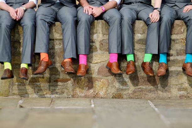 花婿のカラフルな靴下 - ウェディングファッション ストックフォトと画像