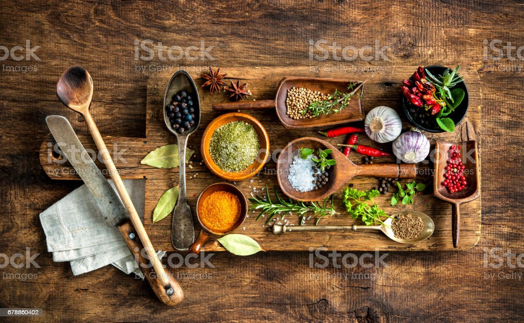 Colorful spices on wooden table photo libre de droits