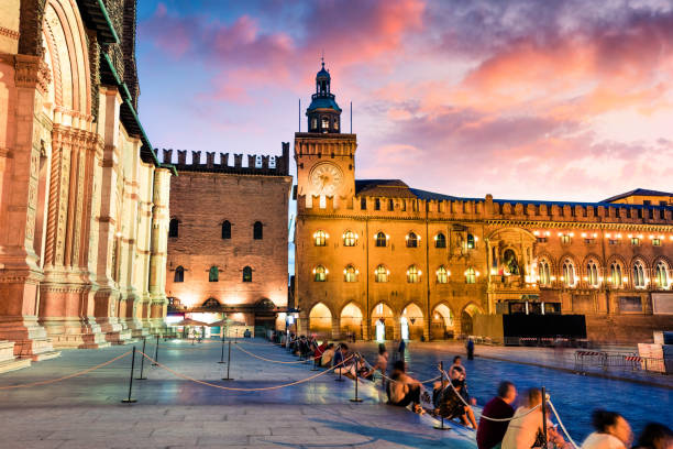 colorful spring sunset on the main square of city of bologna with palazzo d'accursio and frontage of basilica di san petronio. great cityscape of bologna, italy, europe. traveling concept background. - bolonia zdjęcia i obrazy z banku zdjęć