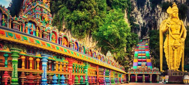 kleurrijke trappen van batu caves, maleisië. panorama - maleisië stockfoto's en -beelden