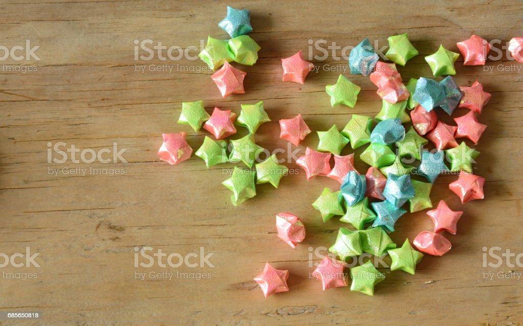 bunte Sterne Papier Verbreitung auf hölzernen Hintergrund Lizenzfreies stock-foto