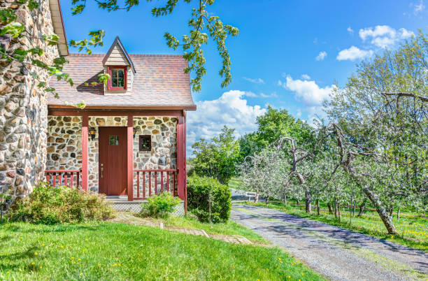 bunte steinhaus ferienhaus tür eingang mit veranda im dorf landschaft - französische häuser stock-fotos und bilder