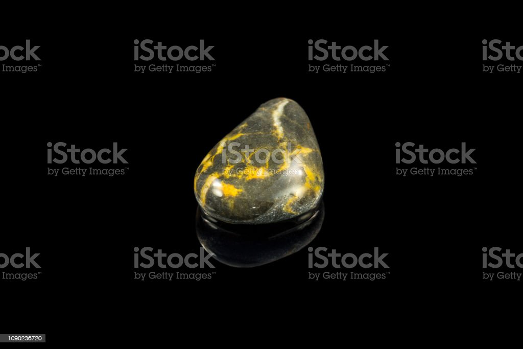 Bunten Stein mit verschiedenen Designs und Farben und schwarzem Hintergrund – Foto