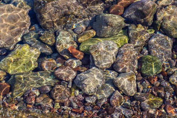 Kleurrijke stenen in de zee foto