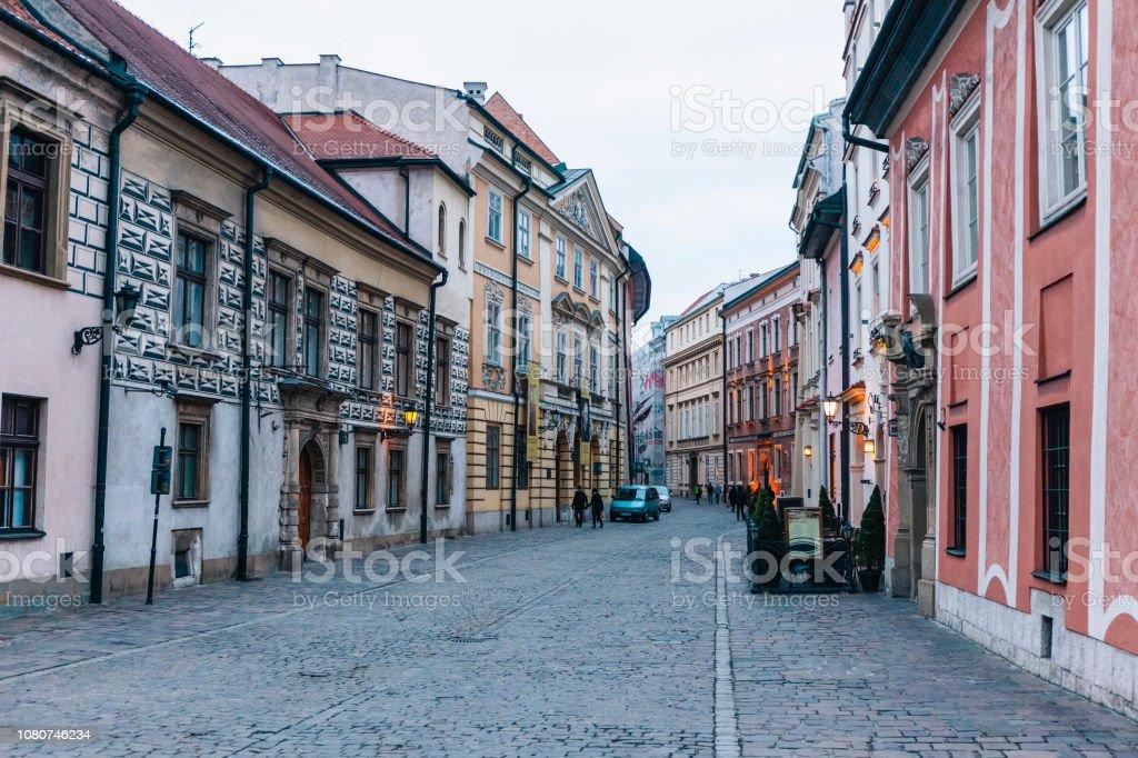 Bunte Straße in der Abenddämmerung im Old Town, Krakau, Polen – Foto
