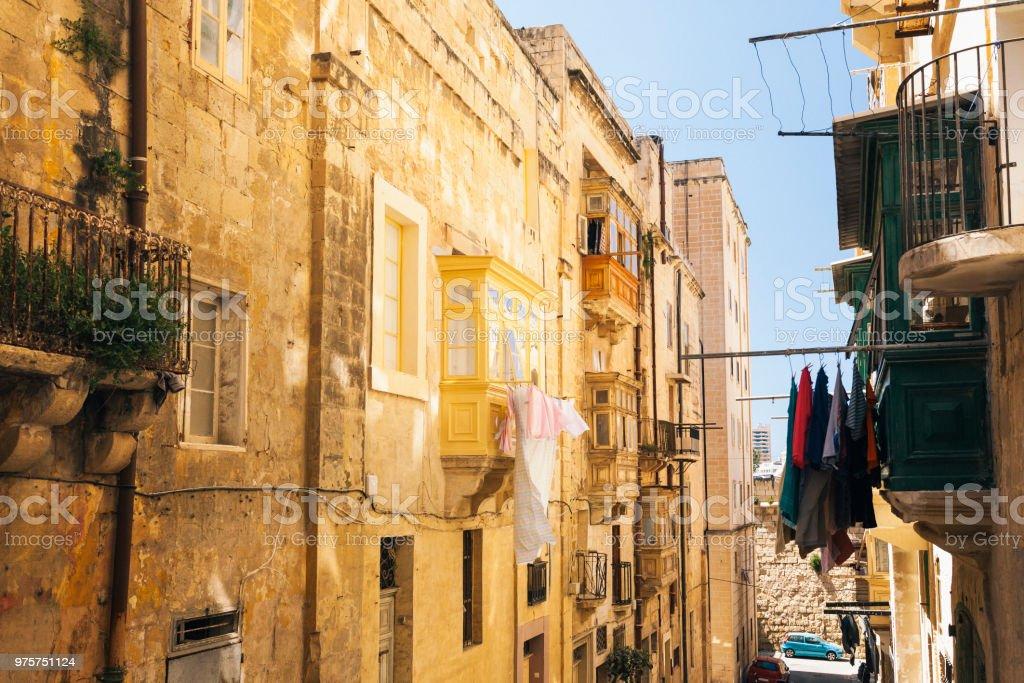Bunte Straße in der Stadt von Valletta, Malta - Lizenzfrei Alt Stock-Foto