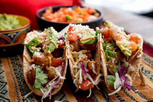 bunte straße tacos, garnelen - meeresfrüchte, fisch, gegrillt, ready-to-eat - meeresfrüchte enchiladas stock-fotos und bilder