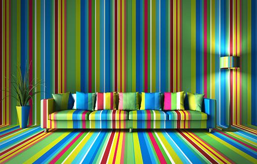 Bunt gestreifte Wand und Sofa mit gleichem Streifenmuster