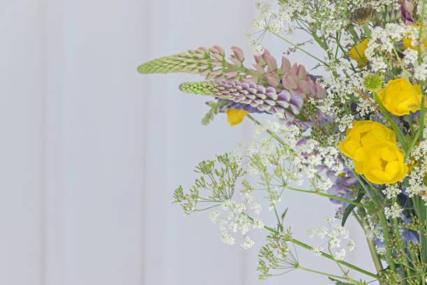 bunte Sommer Blumenstrauß mit weißer Wand – Foto