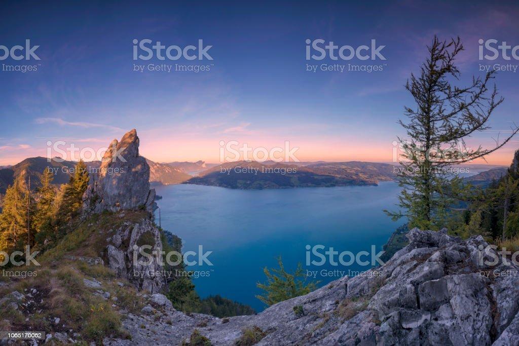 Bunte Sommer Sonnenaufgang mit Blick auf den Attersee von Mount Schober - Sonnenaufgang am Mount Schoberstein, Alpen – Foto