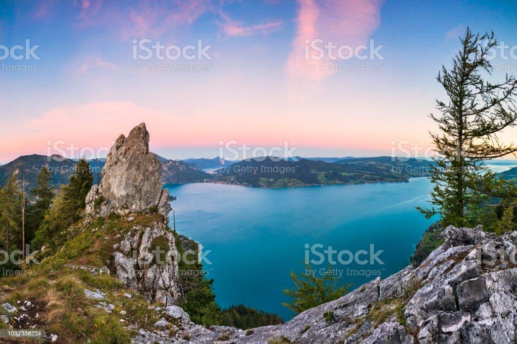 Bunte Sommer Sonnenaufgang mit Blick auf den Attersee von Schober - Sonnenuntergang am Mount Schoberstein, Alpen – Foto