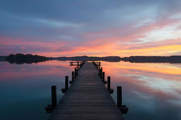 Farbenfrohen Sonnenaufgang am Lake Wörthsee – Foto